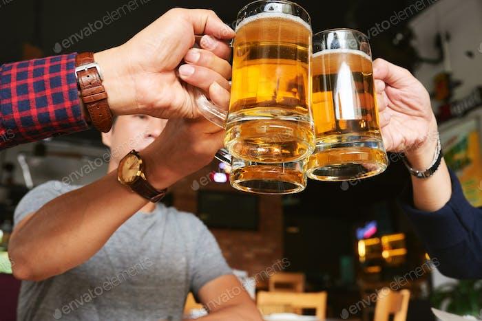 Disfrutar de la cerveza con amigos