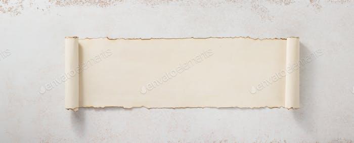 пергаментный свиток на бетонной поверхности