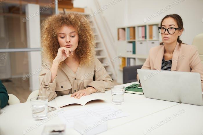 Nachdenkliche Geschäftsfrauen im Treffen