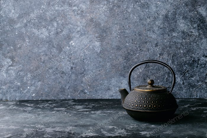 Eine Teekanne und eine Tasse Tee