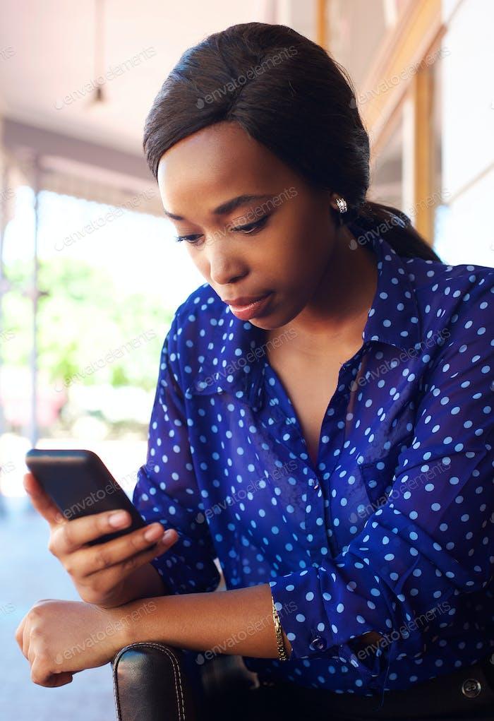 Junge Geschäftsfrau Blick auf Handy