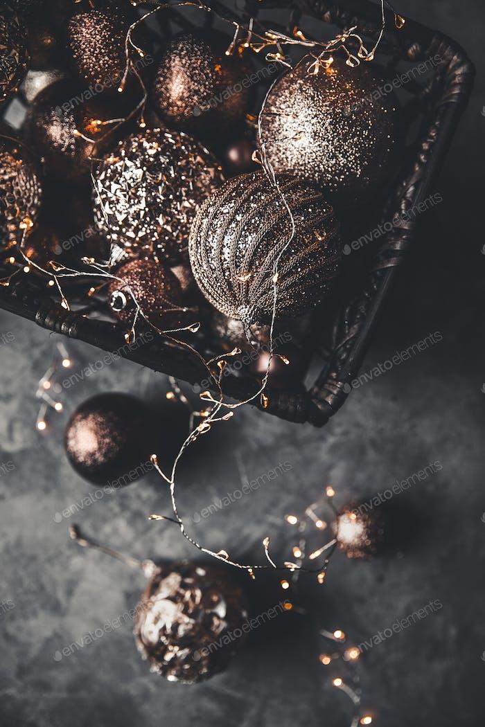 Weihnachten oder Neujahr Hintergrund: Weihnachtsspielzeug im Vintage-Stil auf grauem Hintergrund. Neujahr'