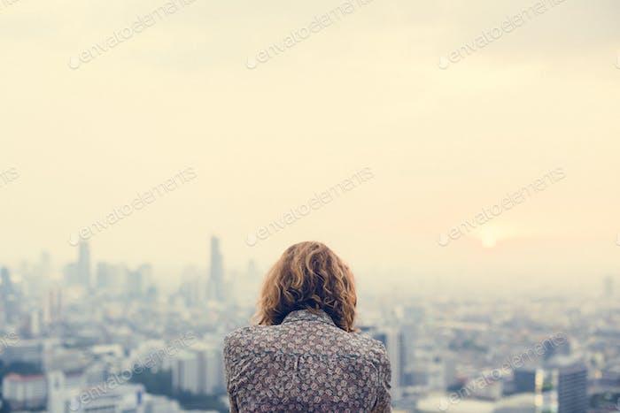 Blond Frau auf einem Dach
