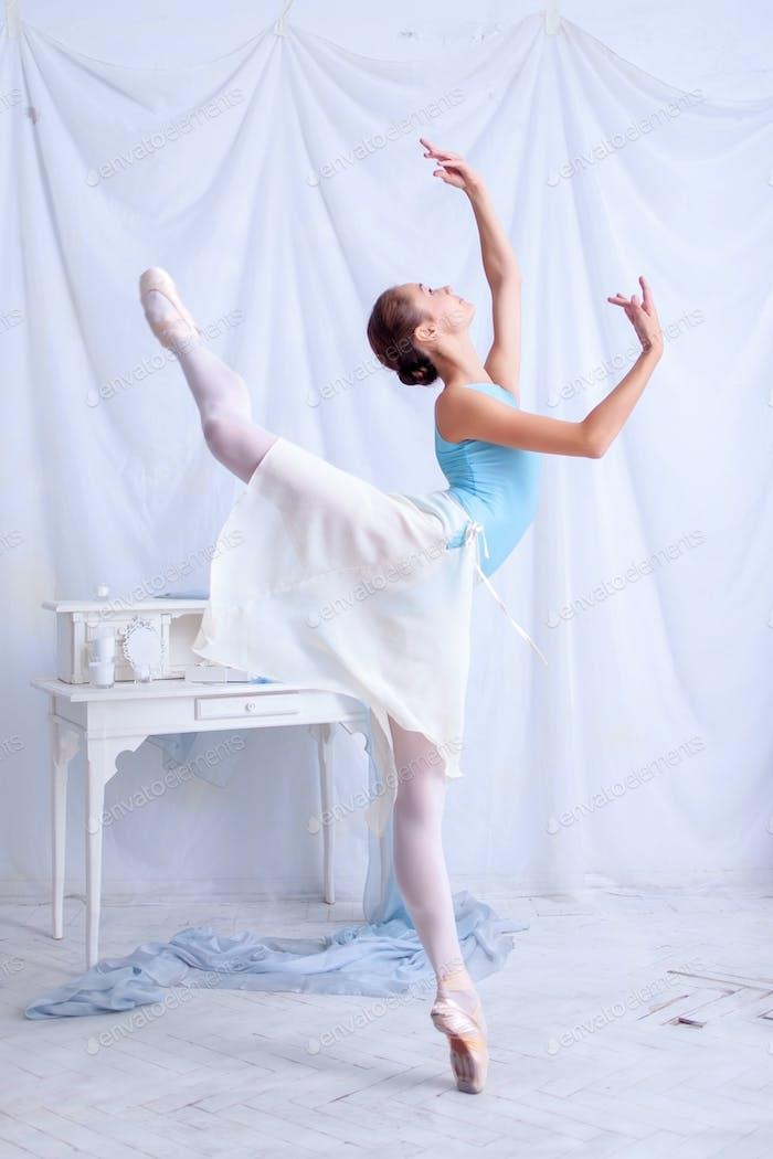 Профессиональный балет танцовщица позирует на белом