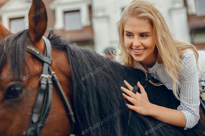 Schöne Frau stehend mit einem Pferd