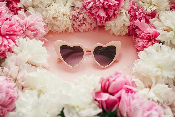 Stilvolle Herzform rosa Sonnenbrille mit rosa und weißen Pfingstrosen