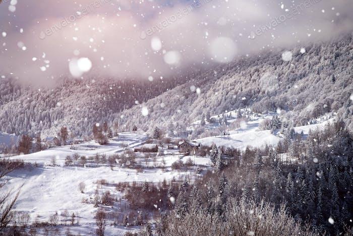 Fallender Schnee über Märchenlandschaft