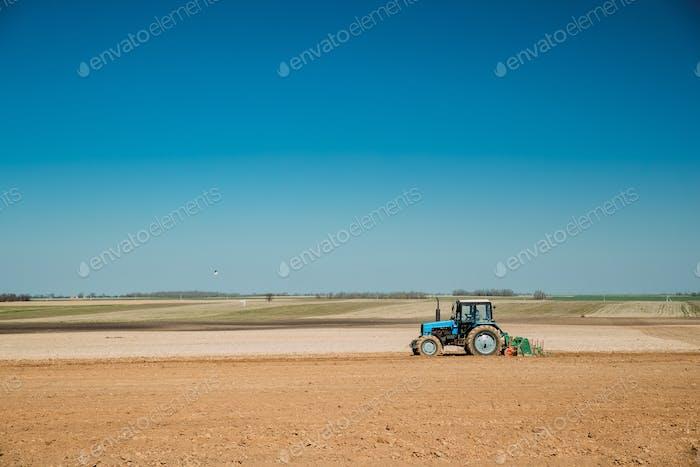 Traktorpflügen Feld in der Frühlingssaison. Beginn Von Agricultura