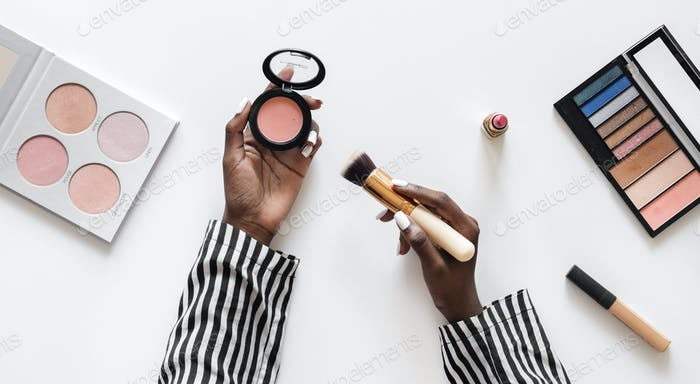 Beuty blogger testing cosmetics