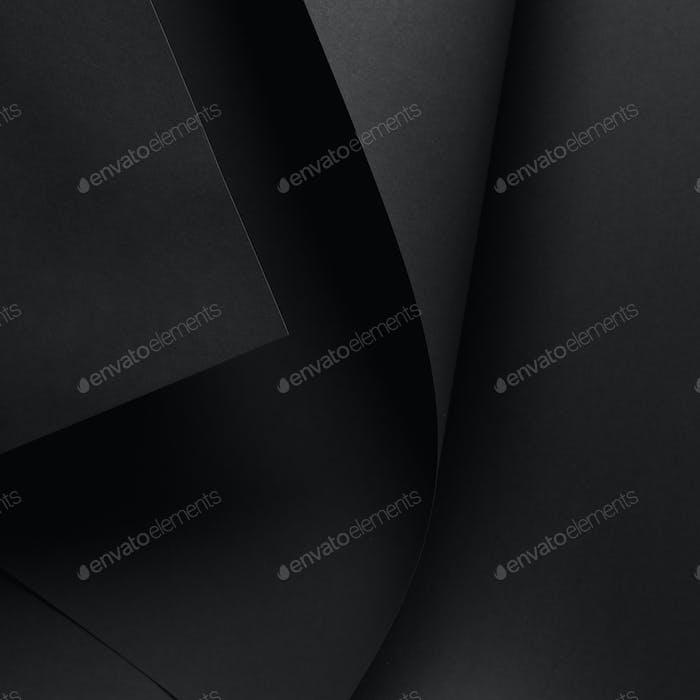 Nahaufnahme von dunklem Papierblatt und schwarzem Hintergrund