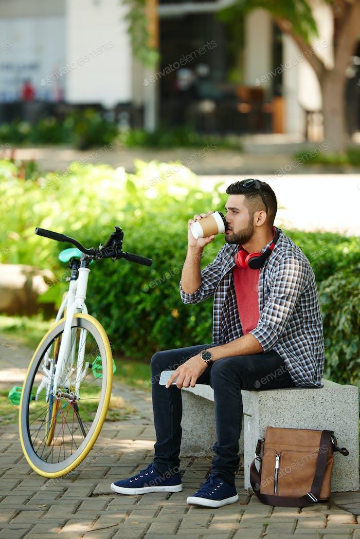 Бородатый велосипедист берет перерыв