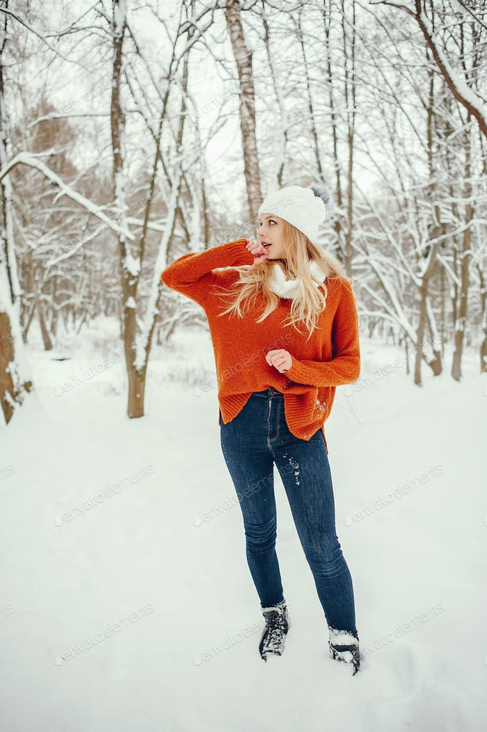 Belle fille dans un pull orange mignon