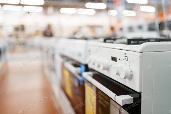 Reihe von neuen Gasherden im Elektronikladen, niemand