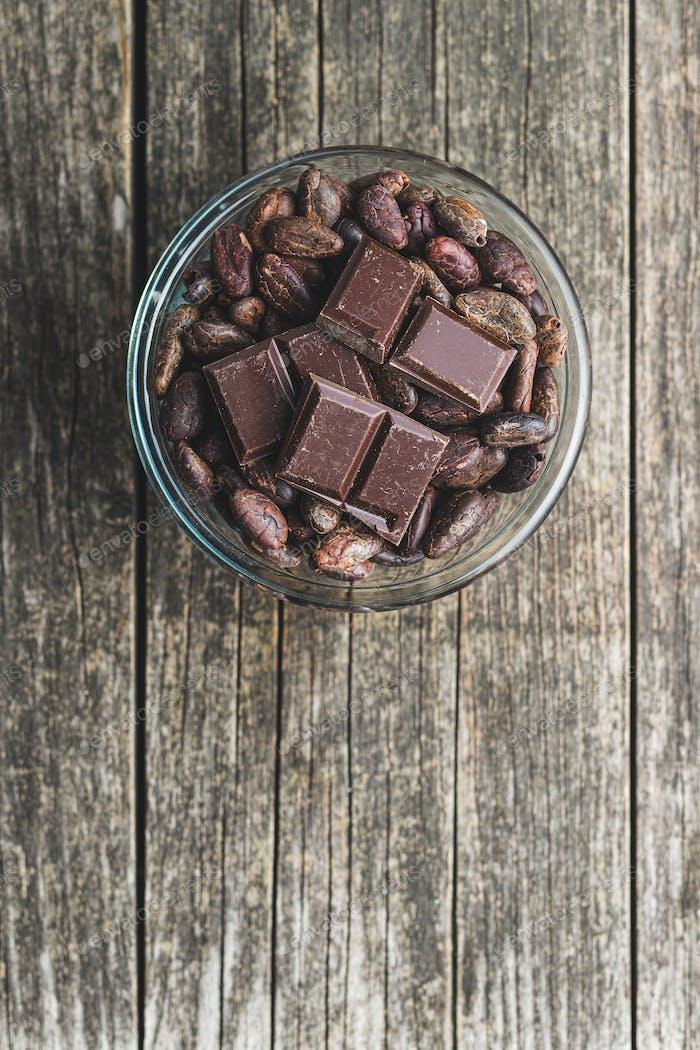 Zartbitter Schokoriegel und Kakaobohnen.