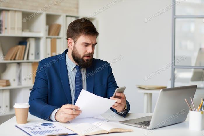 Stirnrunzeln Geschäftsmann arbeiten im Büro