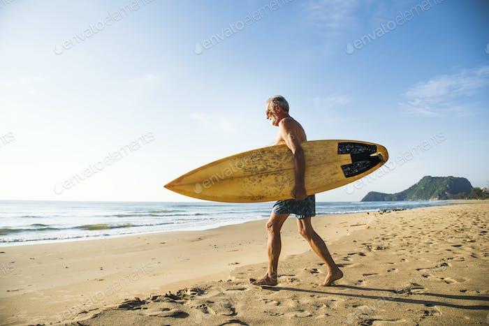 Reifen surfer bereit zu fangen eine Welle