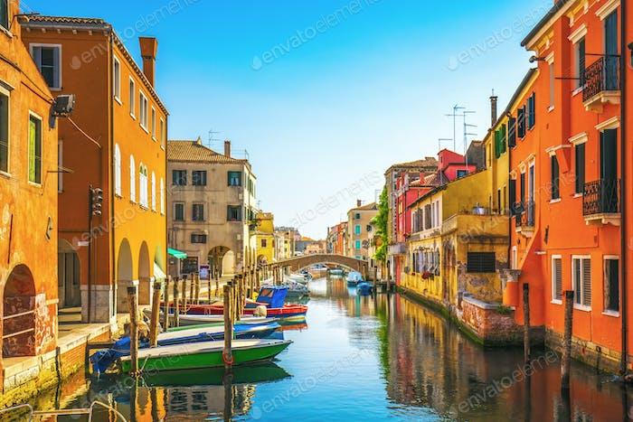 Chioggia Stadt in der venezianischen Lagune, Wasserkanal und Kirche. Veneto, Italien