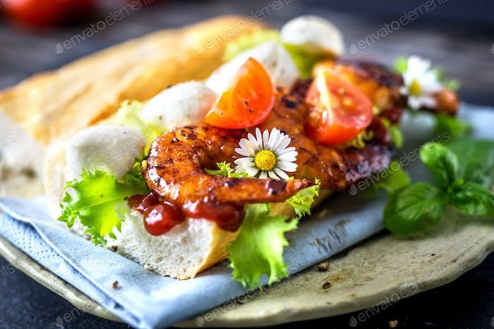 Sandwich mit Garnelen und Gemüse