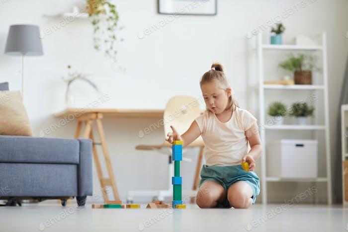 Chica jugando con bloques