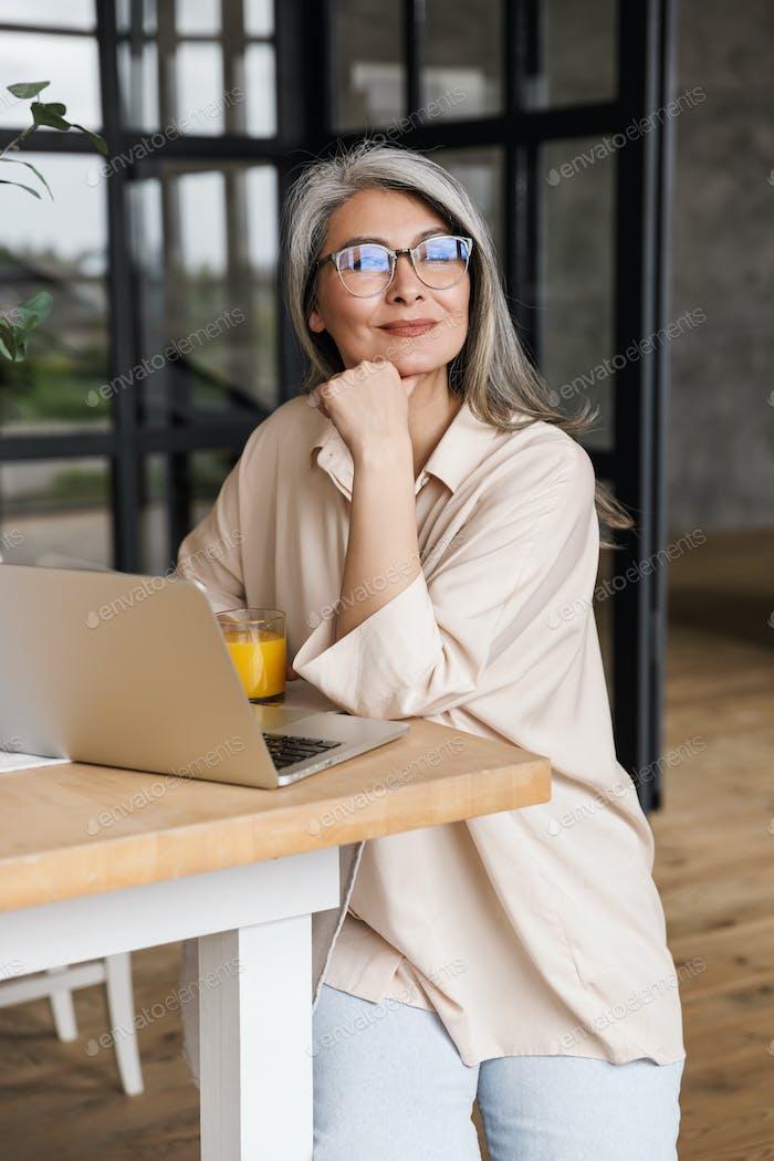 Soñar mujer de negocios concentrada