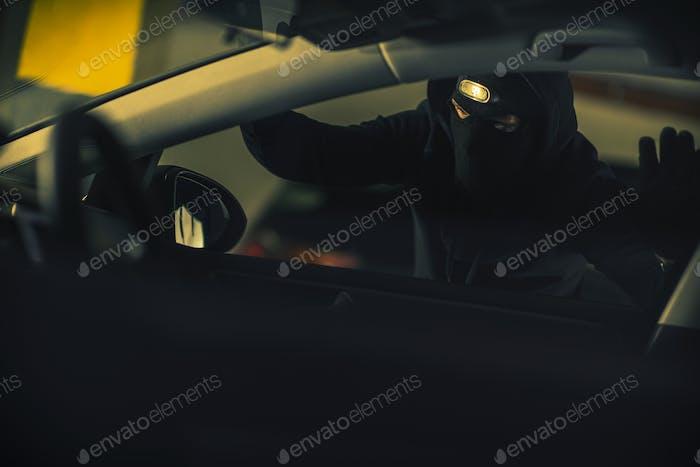 Actividad ilegal de ladrones de coches