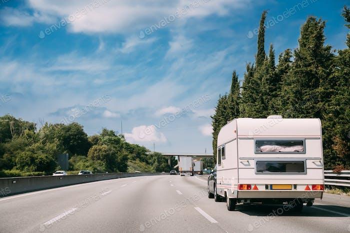 Weiß Wohnwagen Wohnmobil Auto geht auf Autobahn Straße