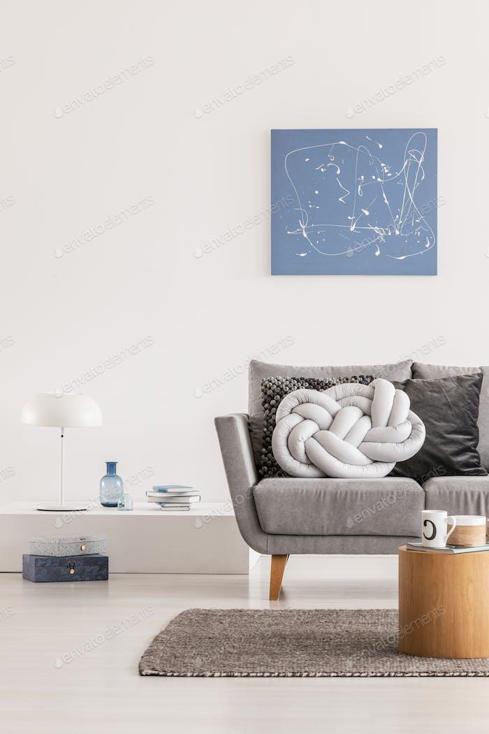 Trendy Knoten hellgrau Kissen auf bequeme skandinavische Couch