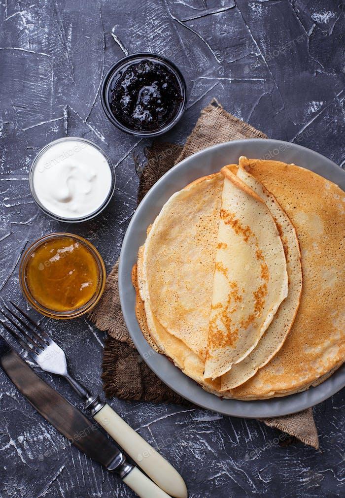Pfannkuchen Crepes mit verschiedenen Marmelade und Sahne