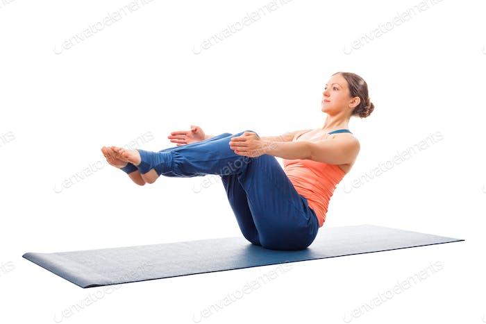 Sportlich fit Frau tun Ashtanga Vinyasa Yoga Asana Paripurna navasana