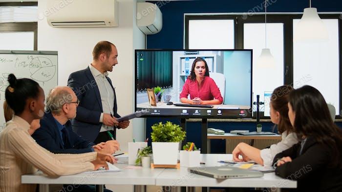 Gerente de proyecto presentando al CEO de la compañía discutiendo en webcam