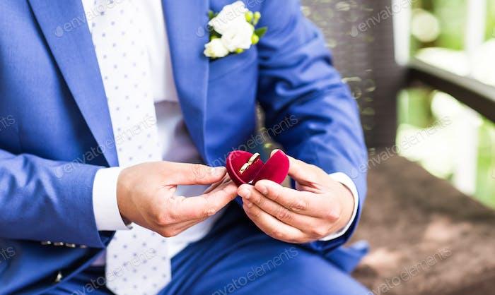 Mann Hand hält Verlobungsring