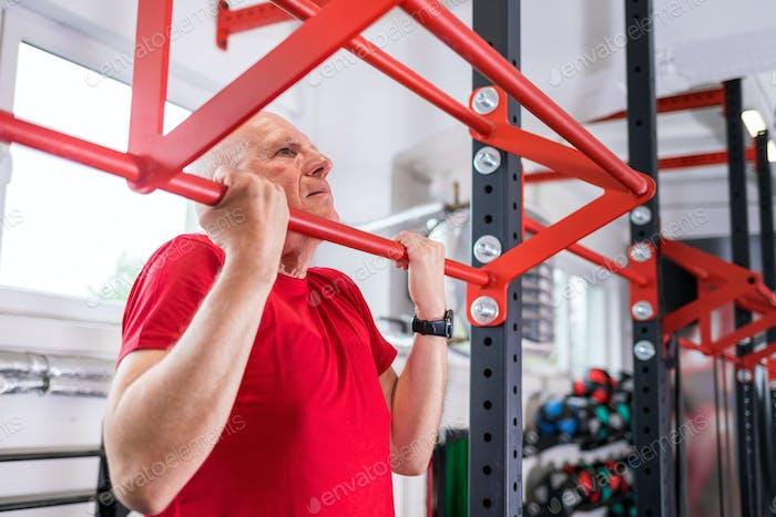 Seniorin im Fitnessstudio