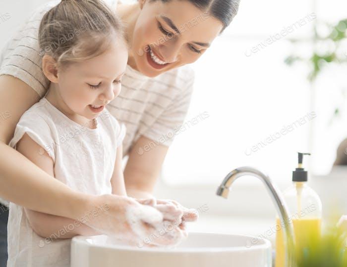 Thumbnail for Mädchen und ihre Mutter waschen Hände