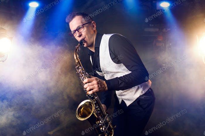 Männlicher Saxophonist spielt klassisch Musik auf Saxophon