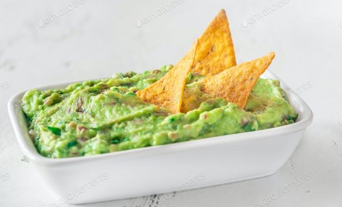 Schüssel Guacamole mit Tortilla-Chips