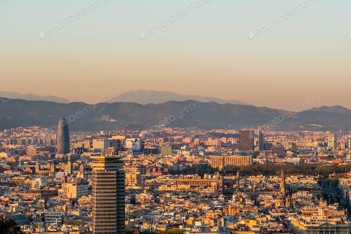 Paisaje urbano de Barcelona con vistas al atardecer