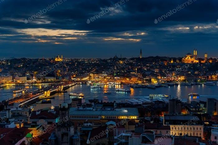 Nachtansicht der Dächer von Istanbul mit Blick auf das Goldene Horn