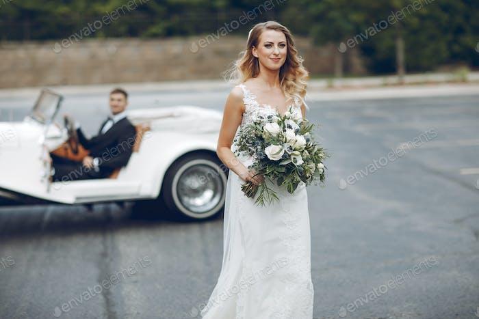 Paar in der Nähe von alten Auto