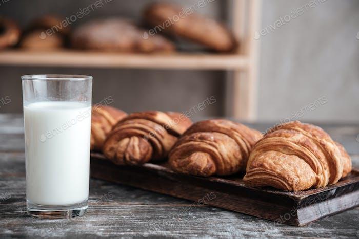 Croissants mit Milch in der Bäckerei