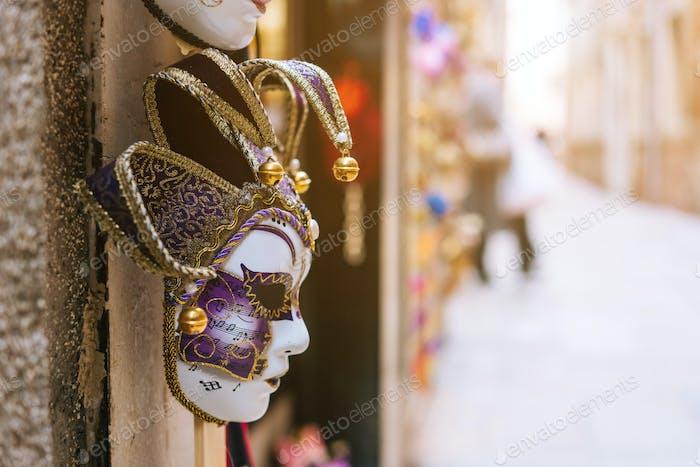 Máscara veneciana tradicional en la tienda en la calle