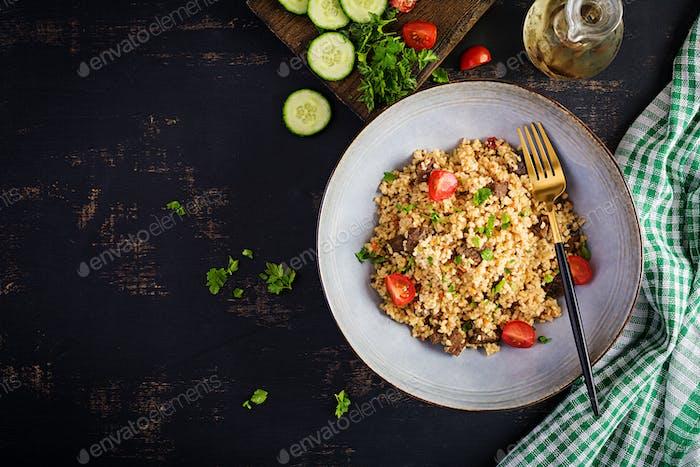 Köstliches gesundes warmes Mittagessen auf schwarzem Hintergrund.