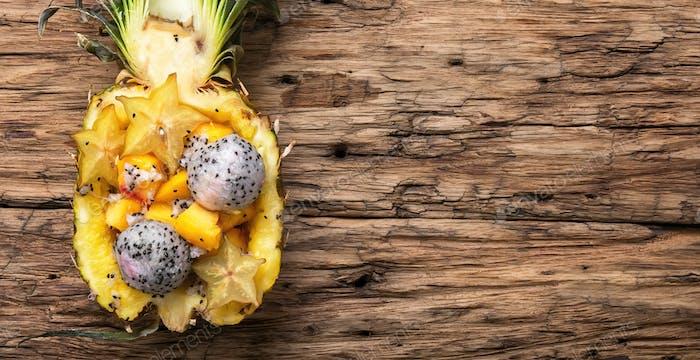 Ananas gefüllt mit exotischen Früchten