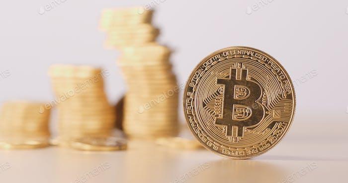 Bitcoin con pila de moneda en la parte posterior