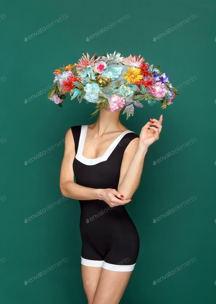 Mujer anónima en sombrero de flores