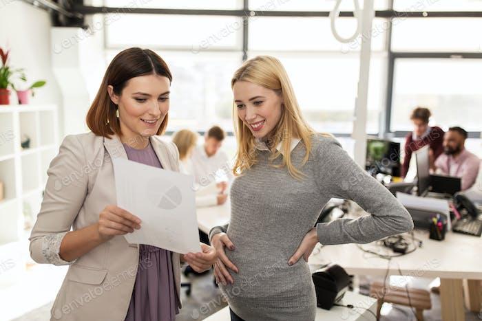 glückliches Business-Team mit Papieren im Büro