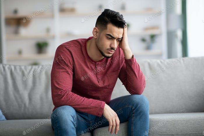 Retrato de primer plano del chico árabe estresado que tiene problemas