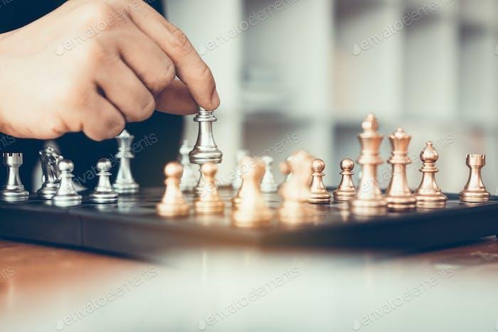 Empresario jugando al ajedrez vence al oponente con el concepto de estrategia.