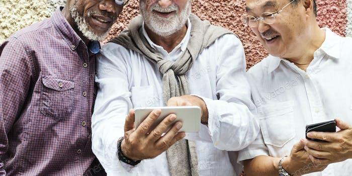 Gruppe von Senior Pensionierung mit Digital Devices Concept