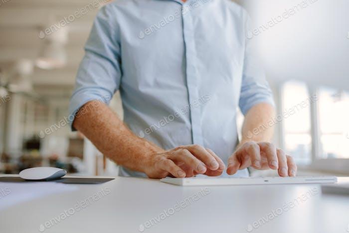 Geschäftsmann Hände Tippen auf Computer-Tastatur