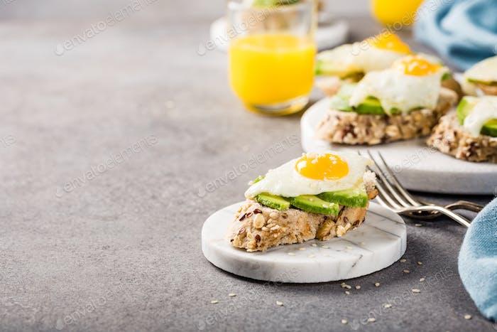 Sándwich saludable con aguacate fresco y huevos de codorniz fritos